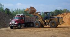Сыпучие строительные материалы (песок, щебень, цемент).